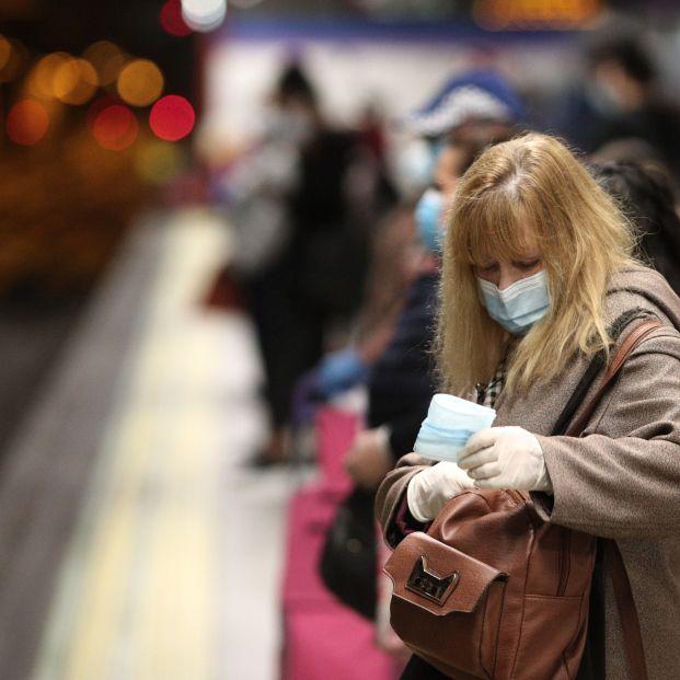 Mascarillas, distancia de seguridad y evitar hablar con otros pasajeros: normas para ir en el metro