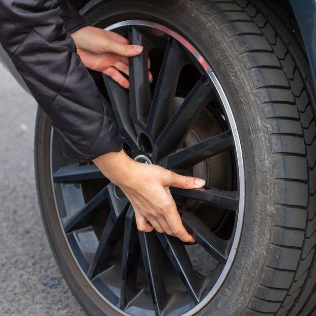 El truco de la Guardia Civil para saber cuándo caducan los neumáticos