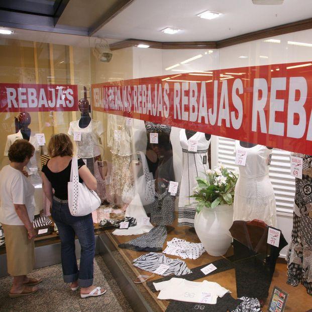 El Gobierno prohíbe las rebajas en las tiendas físicas para evitar aglomeraciones en la desescalada