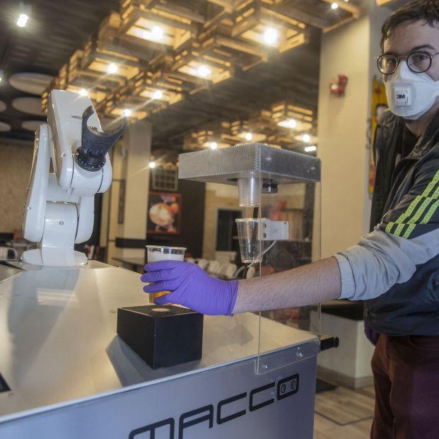 """Un bar de Sevilla incorpora un brazo robótico para servir cervezas de forma """"higiénica"""""""