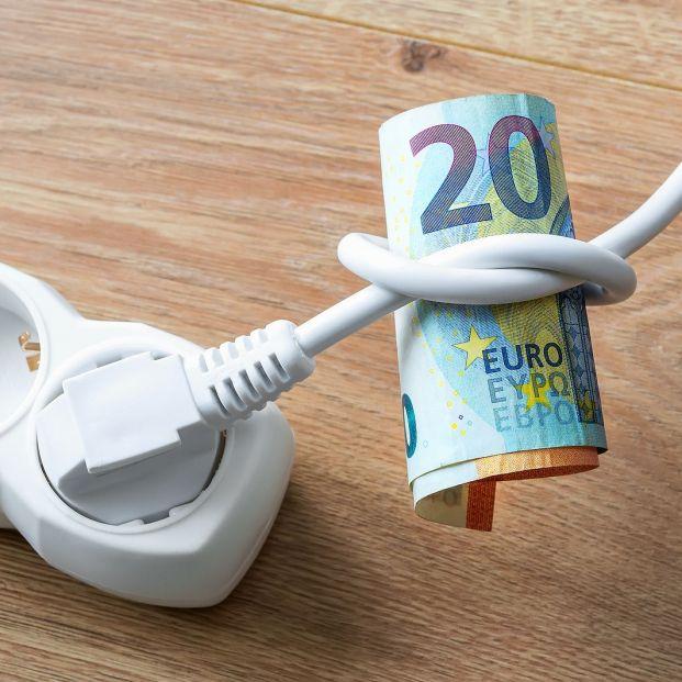 La OCU advierte de que en abril la factura de la luz será la más cara en 8 años