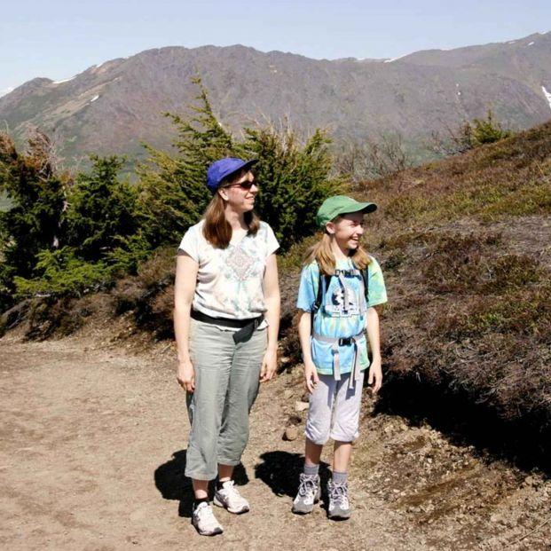 Mujer y niña caminando (Pixnio)