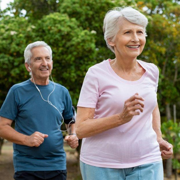 Sigue estos ejercicios y podrás mantener una cintura de avispa cumplidos los 65