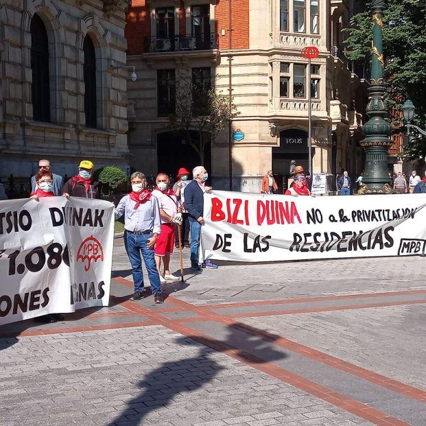 Los pensionistas salen a la calle en Bilbao para protestar por la gestión de las residencias