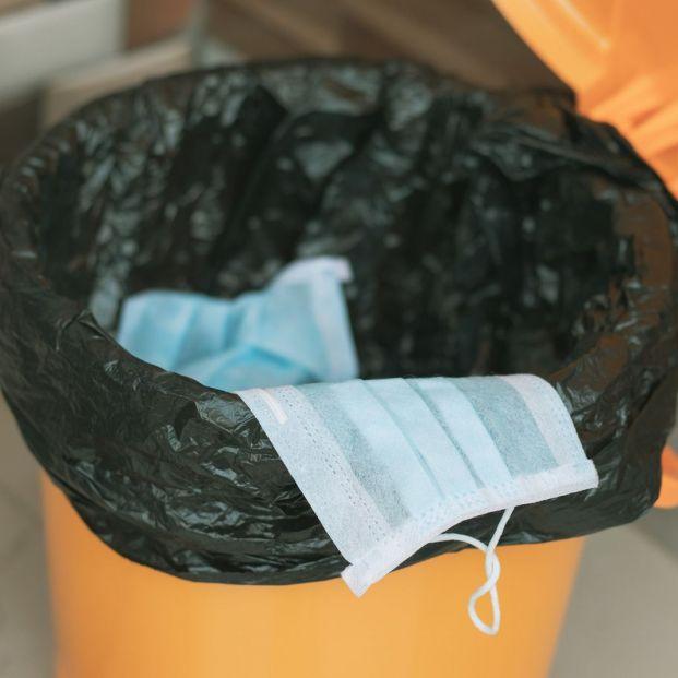 ¿A qué basura debo tirar los guantes y las mascarillas usadas?
