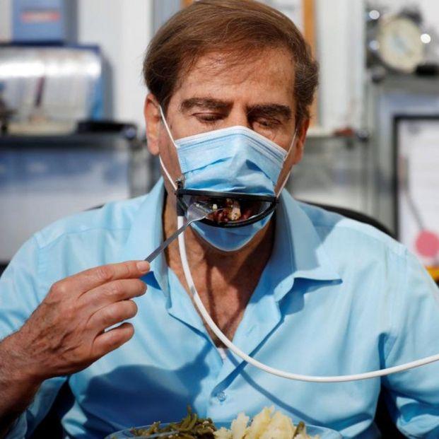 Así es la mascarilla con boca mecánica para poder comer de forma segura en los restaurantes
