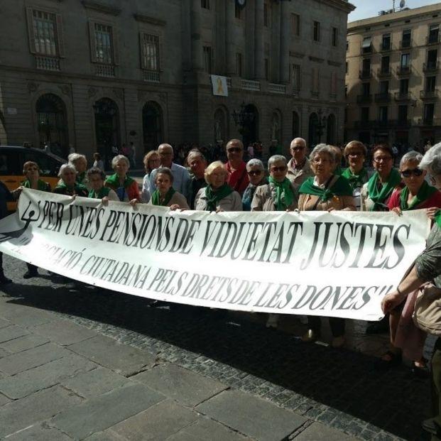 Pensionistas viudas se concentran cada día 25 en plaza Sant Jaume de Barcelona desde hace 18 años.