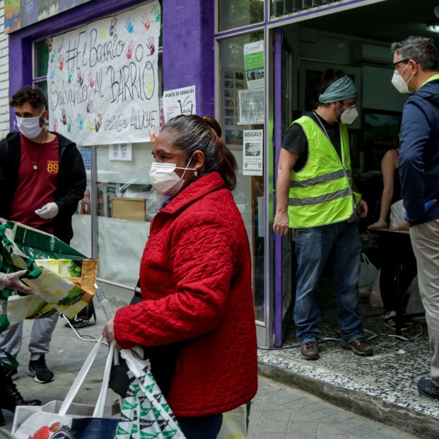 """Las colas del hambre por el coronavirus: """"Los mayores están ayudando a sus hijos, como en 2008"""""""