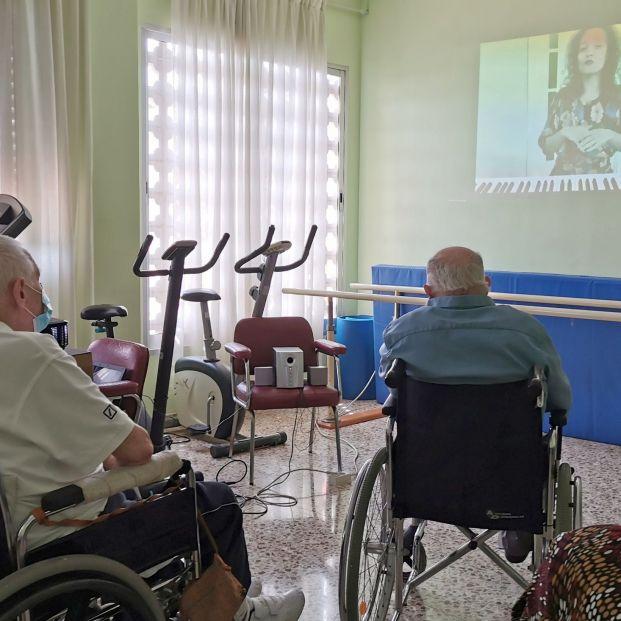 Sole Giménez y Sheila Blanco dan 'abrazos' musicales online a mayores en residencias
