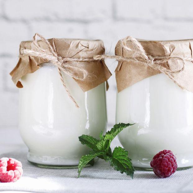 ¿Es bueno consumir el 'liquidillo' que hay en los yogures? Foto: bigstock