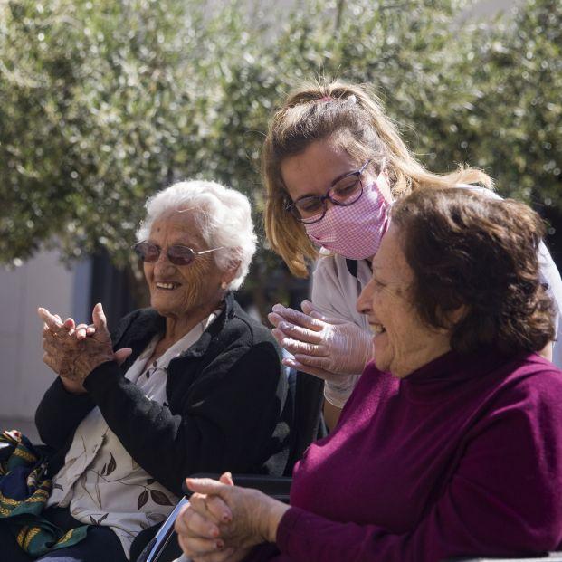 Vitalia Home crea un protocolo de seguridad para recuperar visitas de familiares en sus residencias