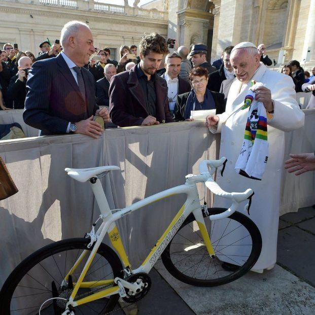 El Papa subasta regalos de deportistas para recaudar fondos en la lucha contra el coronavrius