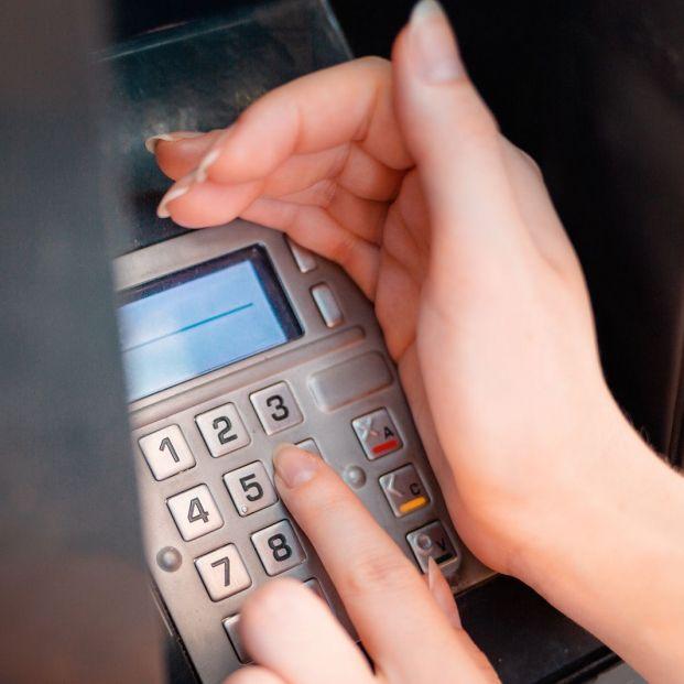 ¿Puede mi banco obligarme a sacar dinero de mi cuenta a través del cajero?