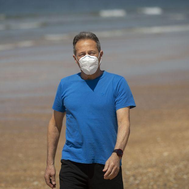 Advierten de que es necesario usar protección solar en la piel cubierta por la mascarilla