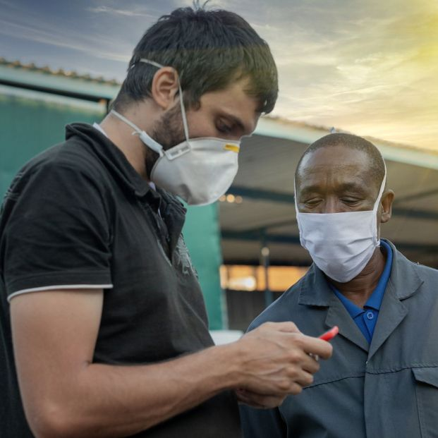 El uso de mascarillas complica la vida a los extranjeros