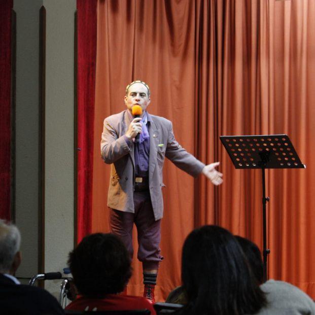El programa 'Actuando por los mayores' de la asociación Los Argonautas organiza espectáculos para los mayores en las residencias.