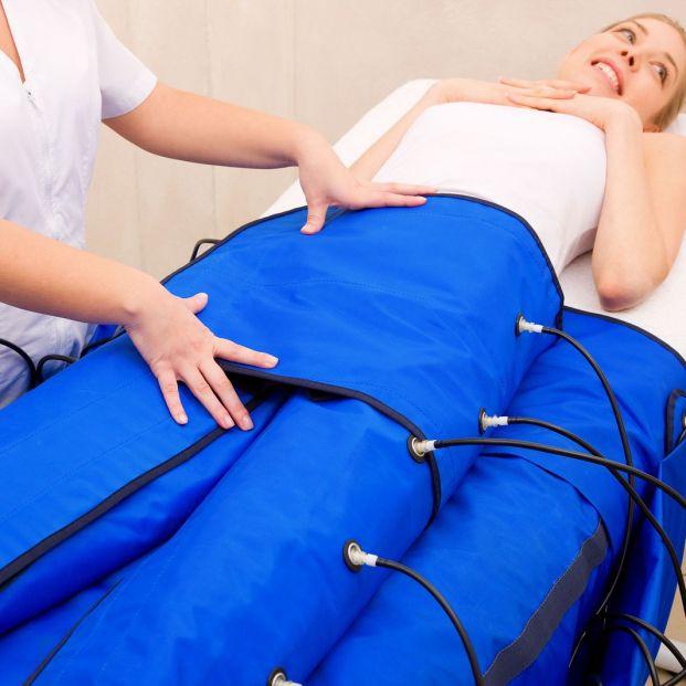 Paciente sometiéndose a la presoterapia (Bigstock)