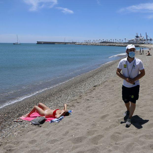 EuropaPress 3194849 pareja vigilantes playa andalucia asesoran banistas medidas preventivas