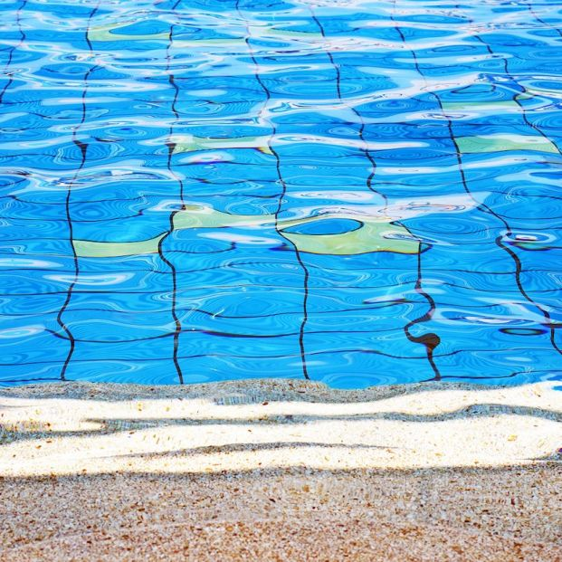 Es falso que el agua de las piscinas sea un foco de transmisión de coronaviurs