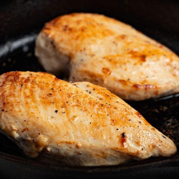 El peligro del pollo poco hecho: cómo se debe cocinar para consumirlo sin riesgo