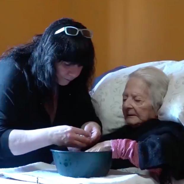 La emotiva historia de Myriam, que adoptó a la mujer de 93 años a la que cuidaba en una residencia