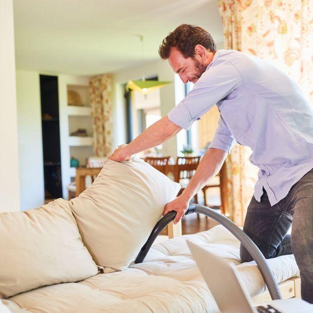 Cómo limpiar un sofá de tela o microfibra