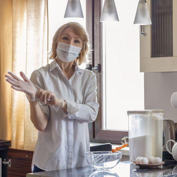 ¿Es bueno usar guantes en la cocina?