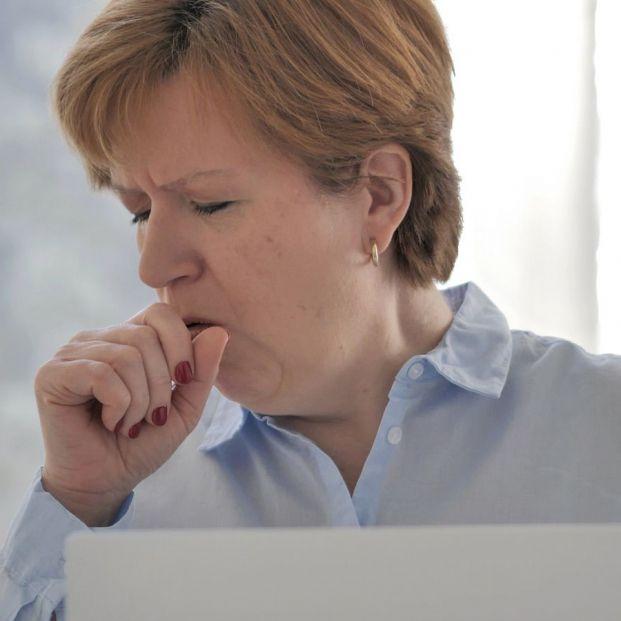 Cómo aliviar la tos con medidas sencillas y prácticas (Bigstock)
