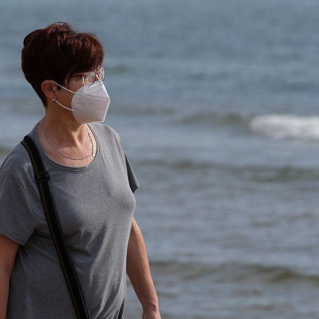 EuropaPress 3053696 mujer mascarilla pasea playa malvarrosa franja horaria permitida