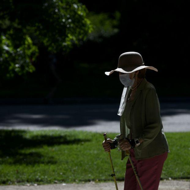 EuropaPress 3212589 mujer camina bastones parque retiro madrid espana 29 junio 2020 calor pone