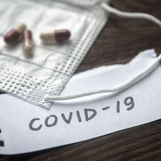 Un tratamiento sintomático con antiinflamatorios, antigripales y antibióticos NO elimina el COVID-19