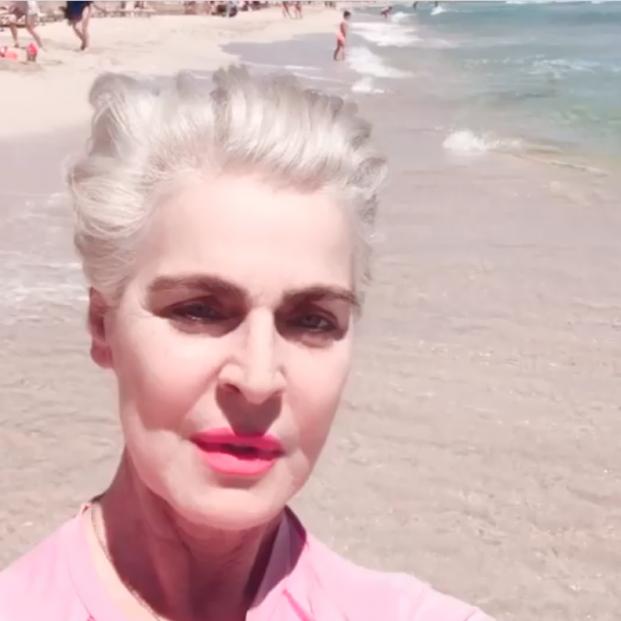 Antonia Dell'Atte se desfigura la mandíbula en un grave accidente con una sombrilla en la playa