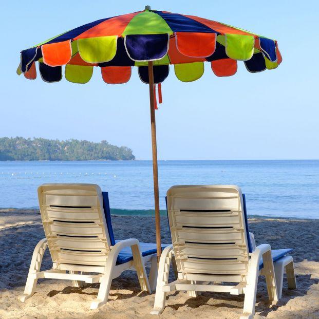Cómo clavar la sombrilla de playa para que no se vuele con el viento. Foto: Bigstock