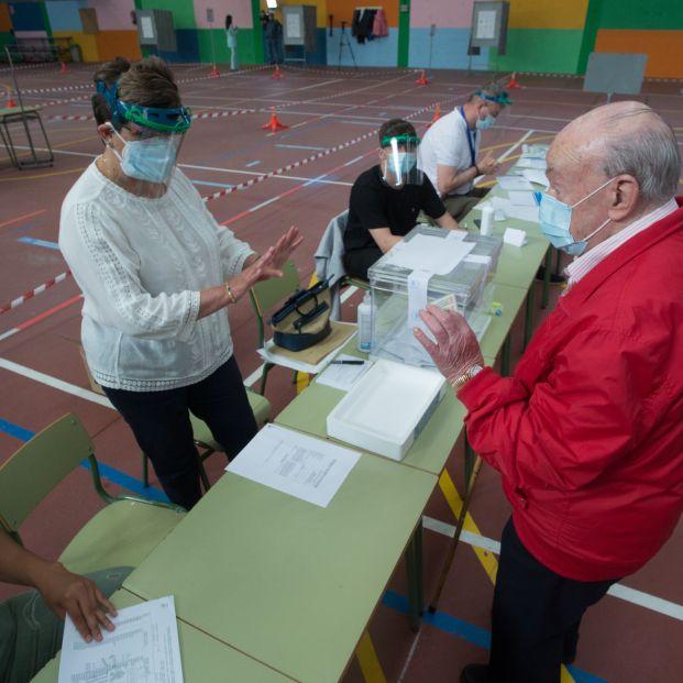 EuropaPress 3231897 hombre acude votar elecciones autonomicas galicia poblacion burela comarca