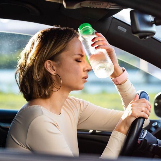 El peligro de llevar una botella de agua en el coche