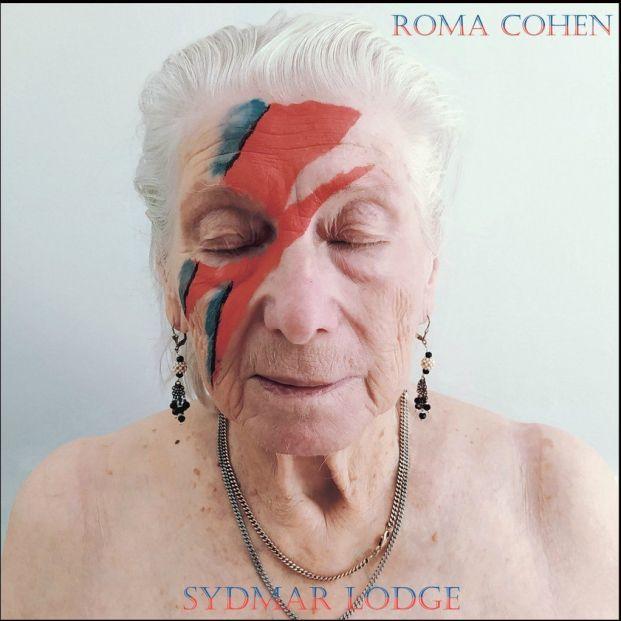 Mayores de una residencia londinense recrean portadas míticas de Bowie, Presley, Springsteen o Queen