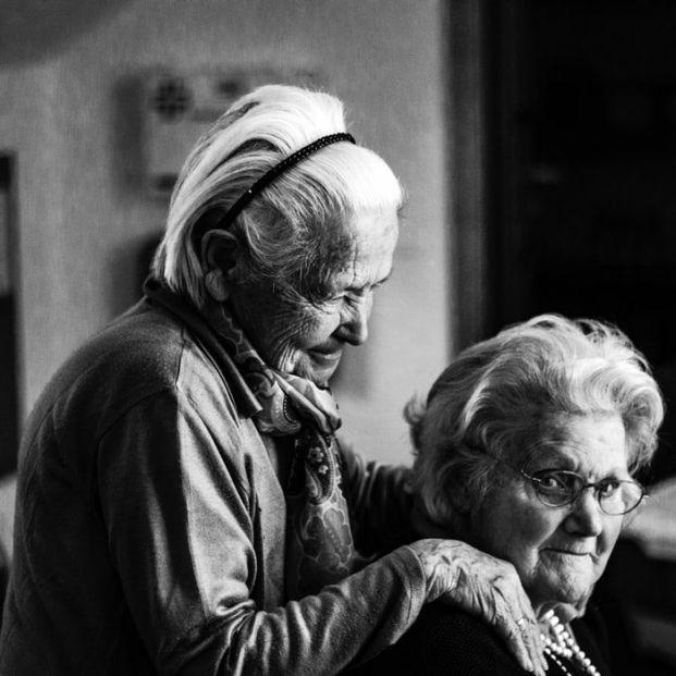 Fe de vida, control de vivencia... La banca está obligada a verificar que el pensionista sigue vivo