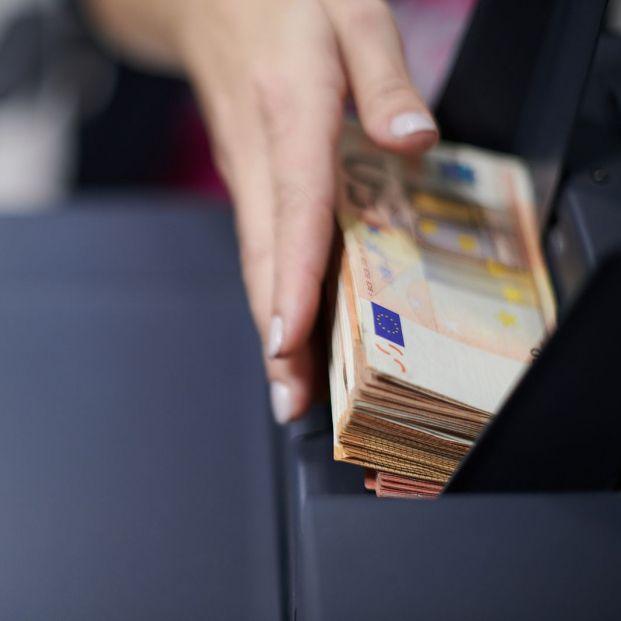 Detenida una mujer por aprovechar la muerte del hombre al que cuidaba y robarle más de 35.000 euros