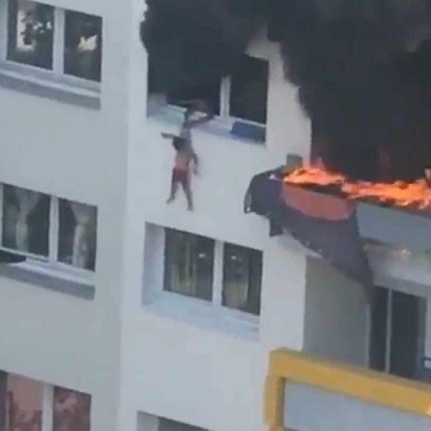 VÍDEO: Un niño salva a su hermano de un incendio lanzándolo por la ventana de un tercer piso