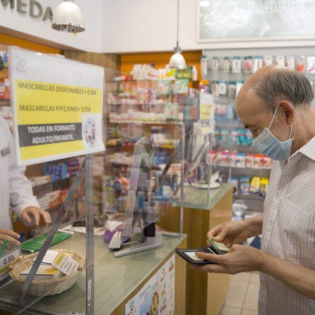 EuropaPress 3246829 hombre mascarilla gratuita gobierno andaluz repartido traves farmacias