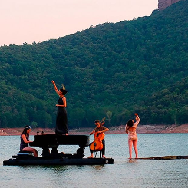'El Piano del Lago', el espectáculo flotante que fusiona música, teatro y danza