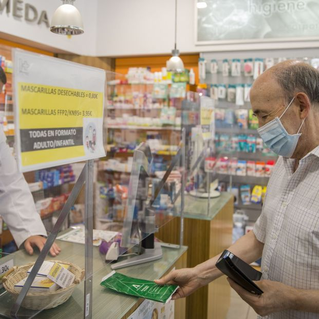 Atención bulo: las farmacias no reparten tres mascarillas gratis al mes para mayores