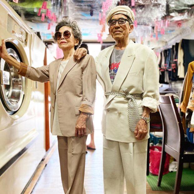 La pareja de octogenarios que arrasa en Instagram posando con la ropa olvidada en su lavandería