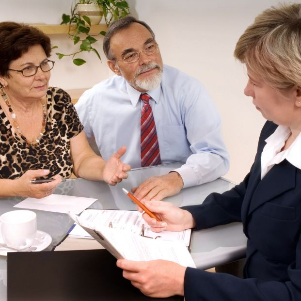 Comisiones por entrega de información a herederos, ¿son legales?