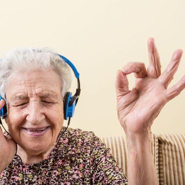 Un estudio confirma que los audífonos retrasan el deterioro cognitivo