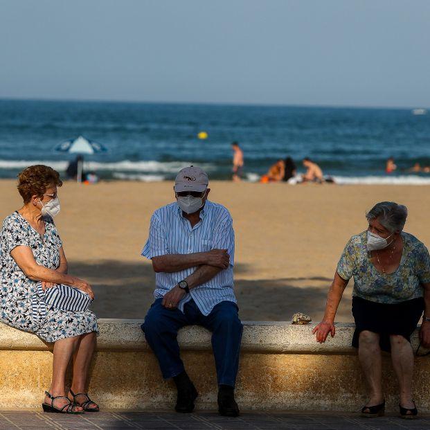 """Un científico afirma que contagiarse de COVID en la playa o en la piscina """"es muy poco probable"""""""