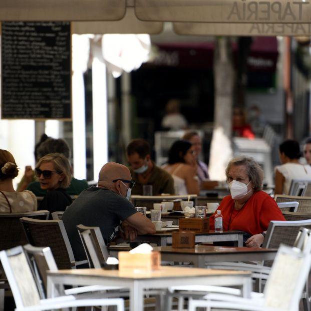 Veinte asociaciones médicas y ciudadanas piden prohibir fumar en terrazas y bares