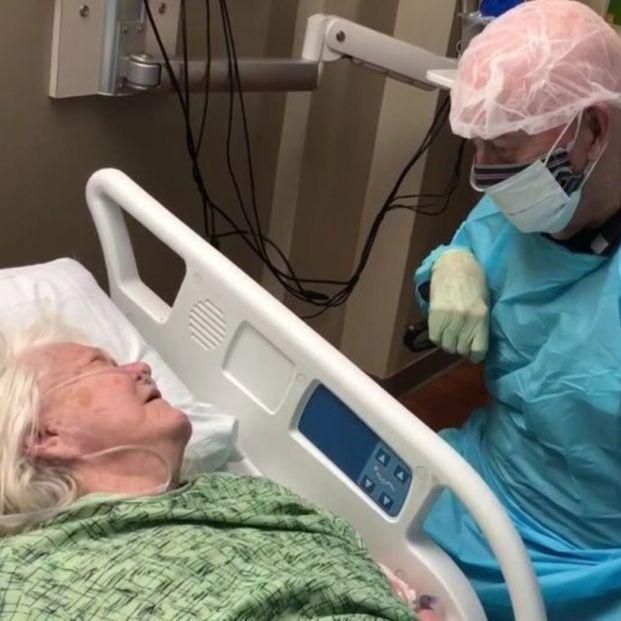 La desgarradora despedida de un hombre de 90 años de su esposa antes de que muriera por coronavirus