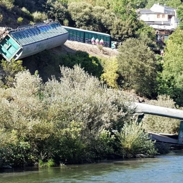 VÍDEO: Oleada de críticas después de que Adif tire dos trenes descarrilados al río Sil en Ourense
