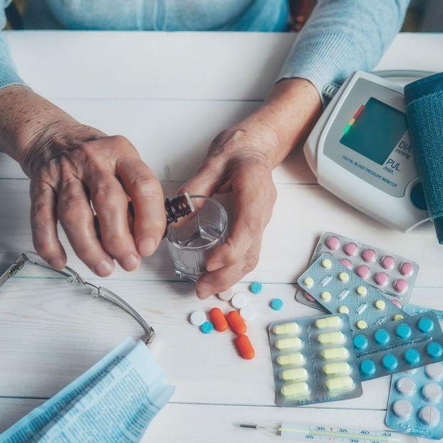 ¿Qué consecuencias tiene el exceso del consumo de fármacos en las personas mayores?